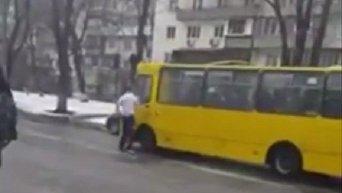В Киеве неадекватный мужчина напал на маршрутку и автомобиль