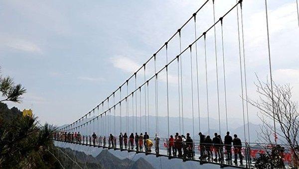 Самый высокий в мире стеклянный мост открылся в Китае