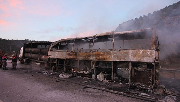 ВТурции автобус врезался вфуру и зажегся