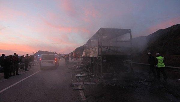 В Турции столкнулся с грузовиком и сгорел пассажирский автобус