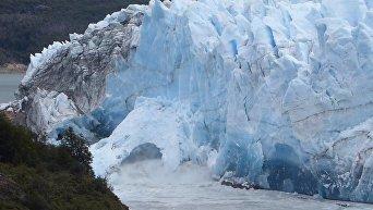 В Аргентине на глазах туристов в озеро рухнула ледяная арка