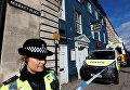 Офицер полиции охраняет ресторан Зиззи, который Сергей Скрипаль и его дочь Юля посетили незадолго до того, как их нашли в центре Солсбери