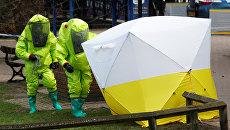 Палатка, покрывающая скамейку, где обнаружили Сергея Скрипаля и его дочь Юлию