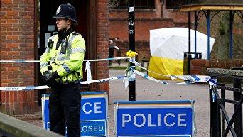 Полицейский дежурит около места где было обнаружено тело Скрипаля