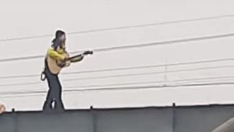 Теперь я видел все. В Питере мужчина с гитарой катался по парапету моста. Видео