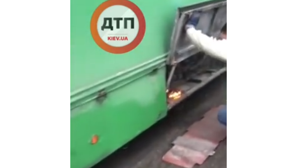 В Киеве водитель потушил загоревшийся на ходу троллейбус