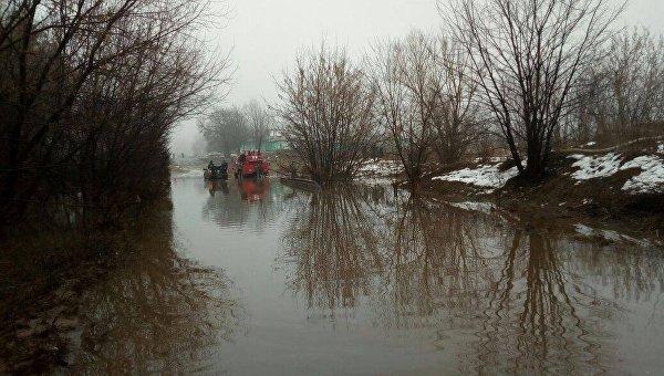 Под Киевом на 1,5 м затопило часть дороги