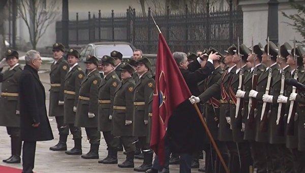 Петр Порошенко вернул стрелку почетного караула упавшую шапку