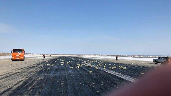 В аэропорту Якутска из самолета высыпались слитки золота