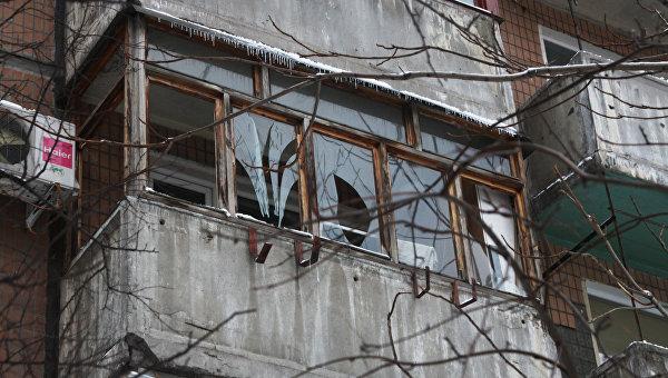 Балкон со стеклами, выбитыми от взрыва, который произошел на автостоянке во дворе жилого дома на улице Челюскинцев в Донецке. Архивное фото