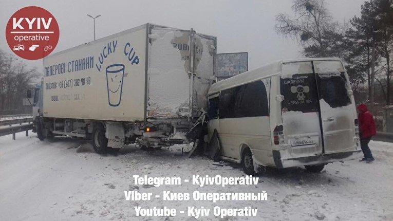 Столкновение микроавтобуса и грузовика на Житомирской трассе