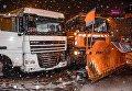 Столкновение грузовика Новой почты и снегоуборочной машины в Киеве
