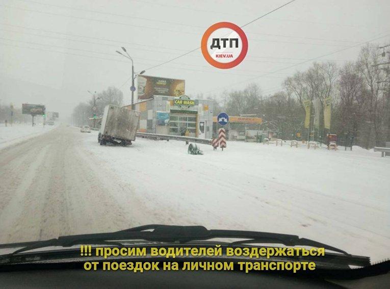 Поломанный грузовик во время снегопада в Киеве
