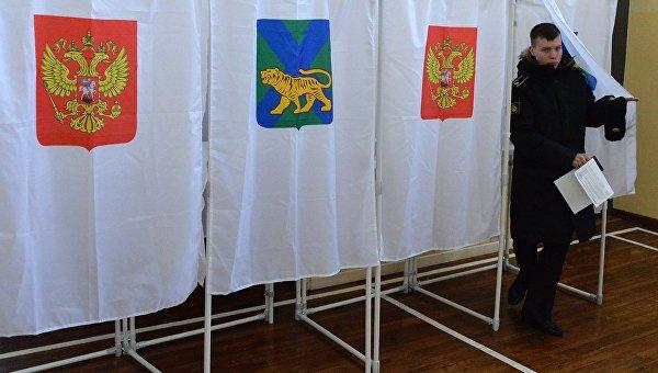 Курсант во время голосования на выборах президента Российской Федерации