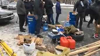 В Киеве под посольство РФ сносят дрова и покрышки. Видео