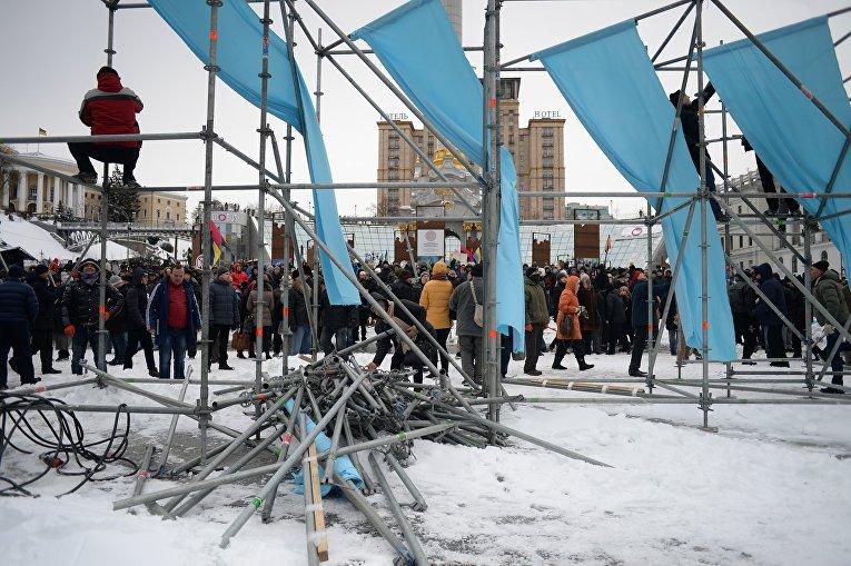 Митингующие разбирают металлоконструкции на Майдане Незалежности в Киеве