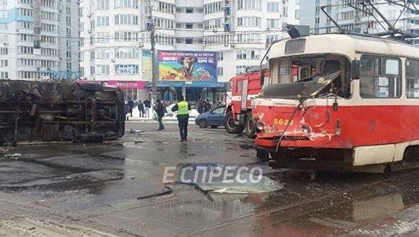 ВКиеве трамвай столкнулся сгрузовиком исошел срельсов