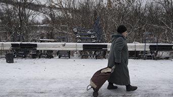 Пожилая женщина в районе временного пункта пропуска в Донбассе. Архивное фото