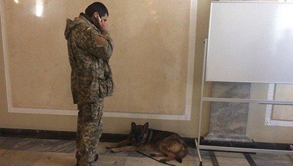 Кинолог с собакой в здании Верховноай Рады, 19 марта 2018