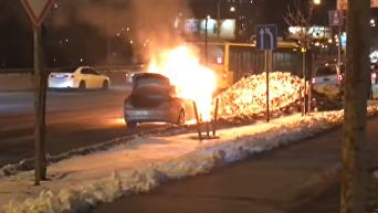 В Киеве прямо на дороге сгорело авто: кадры очевидцев. Видео
