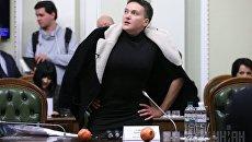 Надежда Савченко показала гранаты, которые принесла в Раду