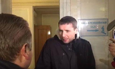 Нардеп Парасюк отказался выложить оружие при входе в Раду и устроил потасовку. Видео