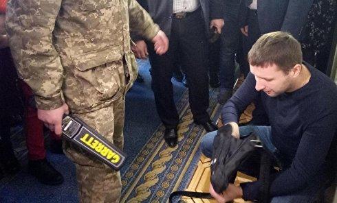 Досмотр личных вещей депутата Владимира Парасюка