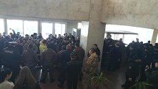 Участники АТО прорываются на заседание Запорожского областного совета 22 марта