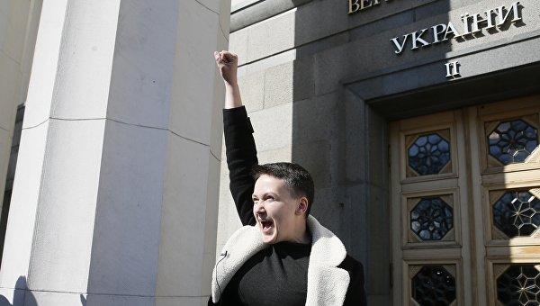Савченко сдала депутатскую карточку и вышла из здания ВР