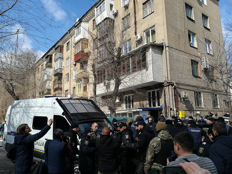 Очередная сессия Запорожского областного совета прервалась потасовкой между запорожскими полицейскими и АТОшниками
