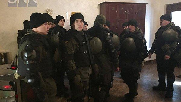 Суд, где будут слушать дело Савченко, охраняют десятки правоохранителей