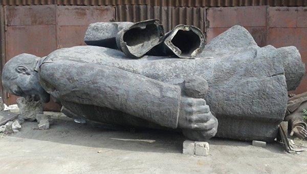 Памятник Ленину, снесенный в Мариуполе