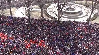 Десятки тысяч американцев протестовали против оружия во Флориде. Видео