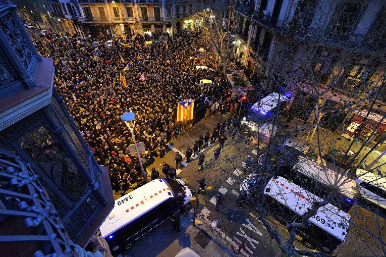 В Каталонии начались протесты против ареста Пучдемона