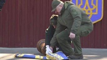 Момент падения знаменоносца Порошенко с президентским штандартом
