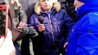 Вице-губернатор Кузбасса на коленях попросил у горожан прощения. Видео