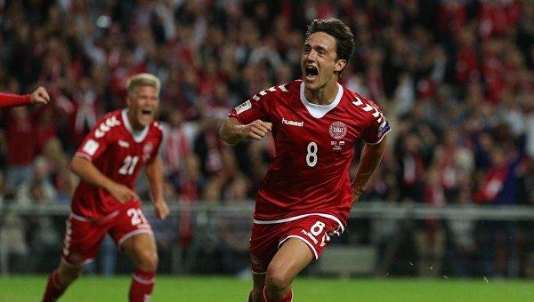 Игроки сборной Дании празднуют гол