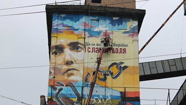В Запорожье мурал Савченко завесили плакатом