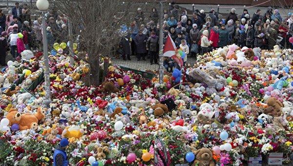 Люди пришли почтить память жертв пожара в торговом центре в день национального траура в Кемерово