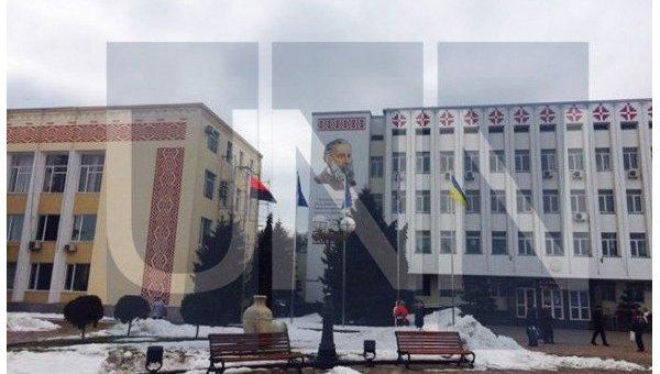 В Борисполе на главной площади подняли красно-черный флаг УПА