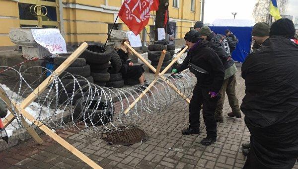 Радикалы забаррикадировали телеканал ZIK шинами и перетянули вход рабицей