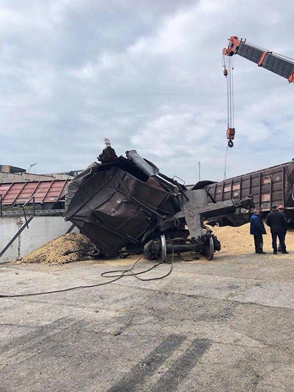 На Ильичевском зерновом терминале сошел с рельсов локомотив и вагоны-зерновозы
