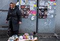 Пожилая женщина торгует на улице