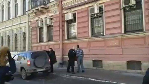 Дипломаты США покидают здание генконсульства в Санкт-Петербурге