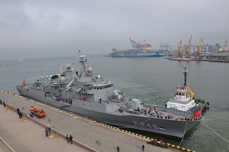 Корабль ВМС Турции при заходе в Одессу, 30 марта 2018