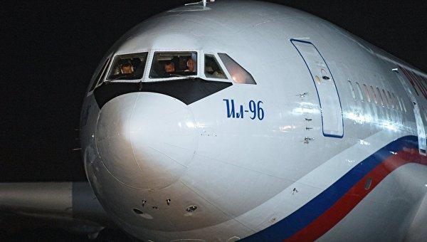 1-ый самолет спокидающими США российскими дипломатами вылетел изВашингтона