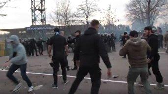 Появилось видео ожесточенных столкновений фанатов с силовиками в Мариуполе