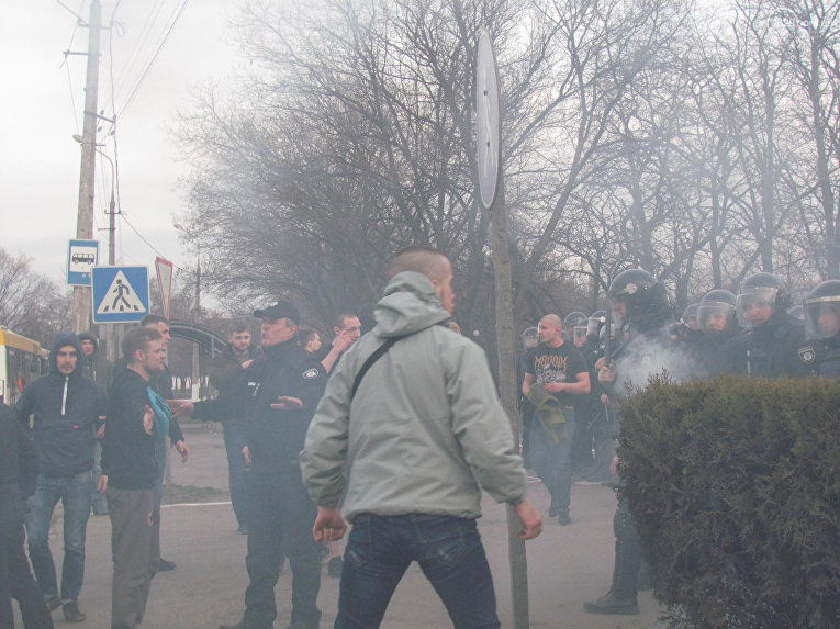 Стычки болельщиков и правоохранителей произошли во время футбольного матча в Мариуполе, 1 апреля 2018