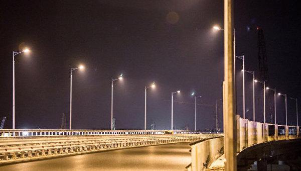 Строители проверили освещение автодороги на мосту в Крым
