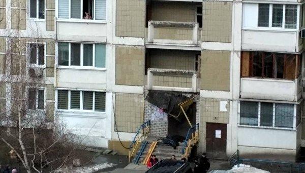 В Киевве мужчина упал на козырек подъезда и погиб